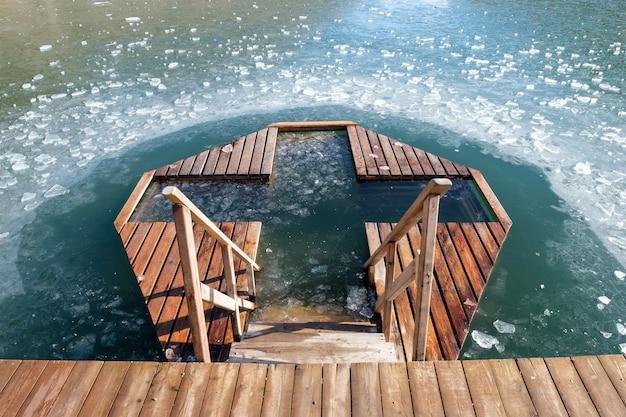 Vacanze di battesimo ortodosso. foro della croce di ghiaccio e croce di ghiaccio in russia