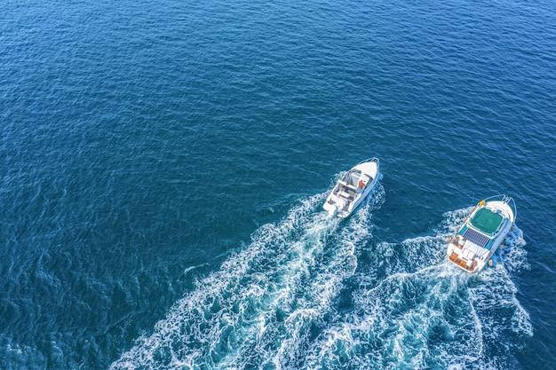 Vacanze al mare. due yacht ad alta velocità, vista drone. passeggiate sul mare, noleggio di navi marittime.