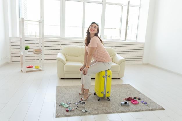 Concetto di vacanze, viaggi e vacanze - la giovane donna sta andando al viaggio.