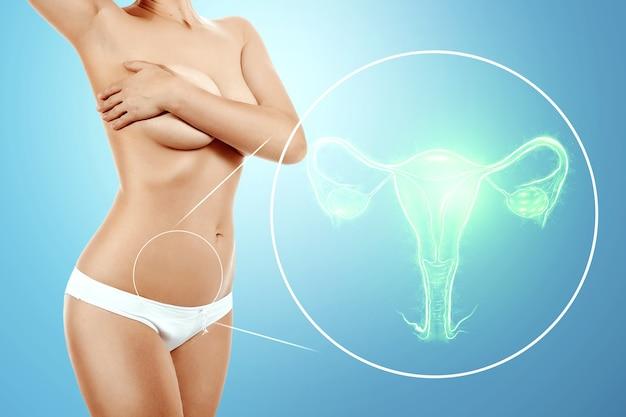 Un ologramma dell'organo femminile dell'utero e del corpo femminile di una giovane ragazza. visita medica, consultazione delle donne, ecografia, ginecologia, ostetricia, gravidanza.