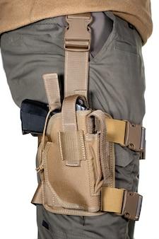 Fondina sulla gamba dei soldati. militare armato di pistola semiautomatica. soldato pericoloso armato pronto per la guerra. membro della polizia swat