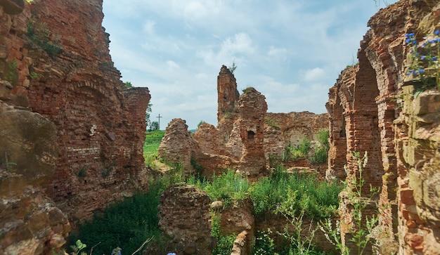Castello di holszany. residenza in rovina della famiglia del magnate sapieha.halshany, hrodna voblast, bielorussia
