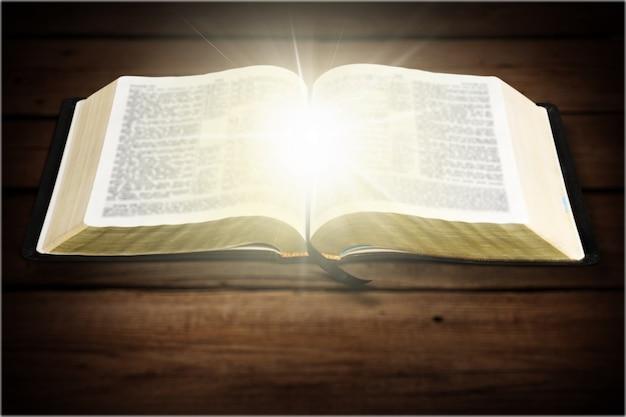 Libro della sacra bibbia su uno sfondo di legno