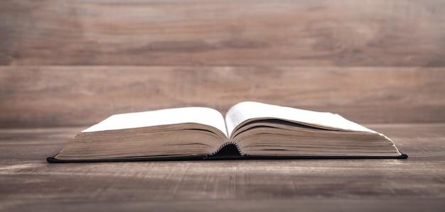 Sacra bibbia sul tavolo di legno. religione. formazione scolastica