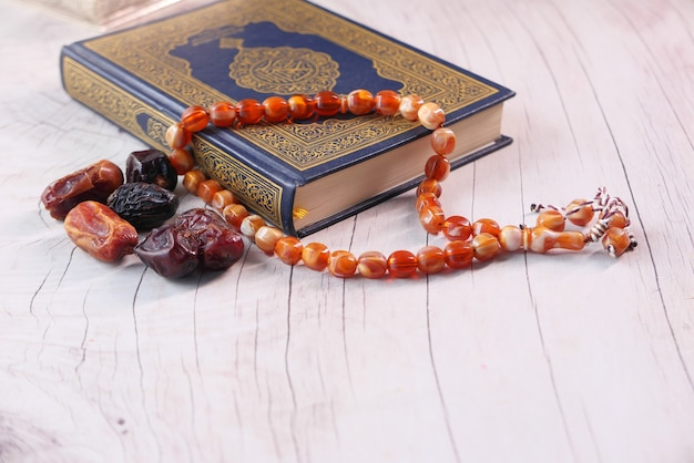 Libro sacro corano per i musulmani per undici mesi sultano ramadan.