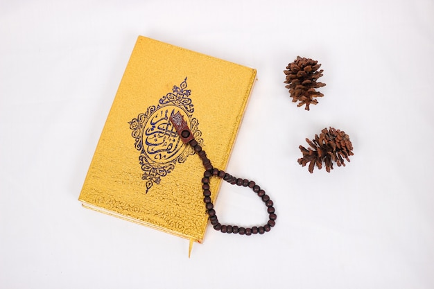 Libro sacro corano e tasbih isolato su sfondo bianco