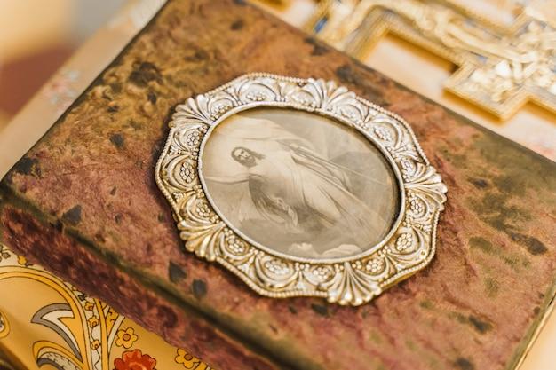 Libro sacro con l'immagine di gesù cristo sul tavolo in chiesa