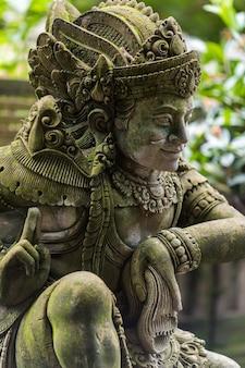Acqua di sorgente santa nel tempio pura tirtha empul intampak, uno dei templi più importanti di bali, indonesia