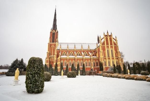 Chiesa cattolica della santa trinità, villaggio di gervyaty nell'orario invernale, regione di grodno, belarus