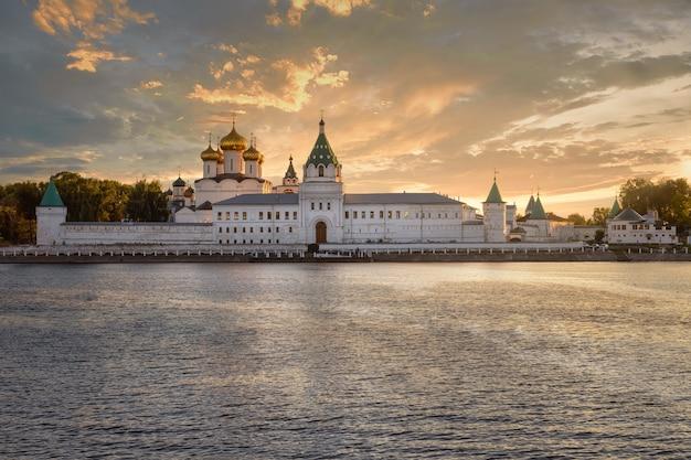 Monastero della santissima trinità ipatiev sotto una nube temporalesca nella città di kostroma sulla riva del fiume kostroma.