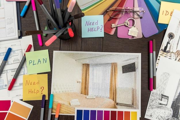 Schizzo di appartamenti domestici con adesivo necessita di testo di aiuto e catalogo a colori, matita e pennello