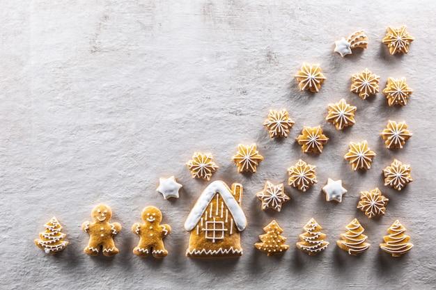 Pan di zenzero fatti in casa disposti in un'atmosfera natalizia da favola - copia spazio.