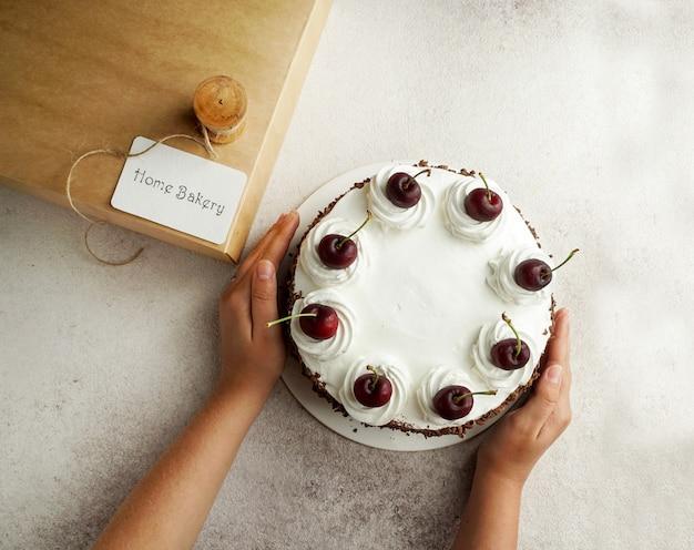 Concetto di pasticceria domestica, torta foresta nera e carta