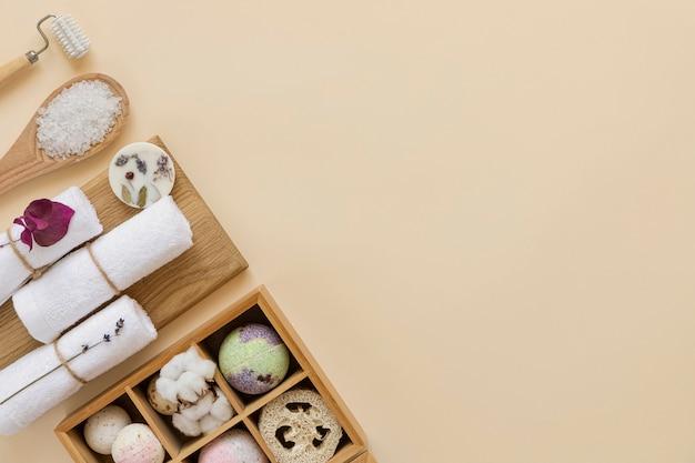 Elementi essenziali di bellezza per la casa e accessori per la cura personale. sfondo caldo. disteso.