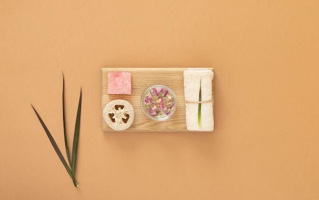 Elementi essenziali di bellezza, spa e pulizia. copia spazio. disteso. Foto Premium