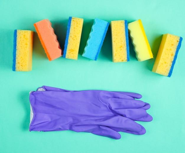 Kit per la pulizia della casa sulla superficie blu