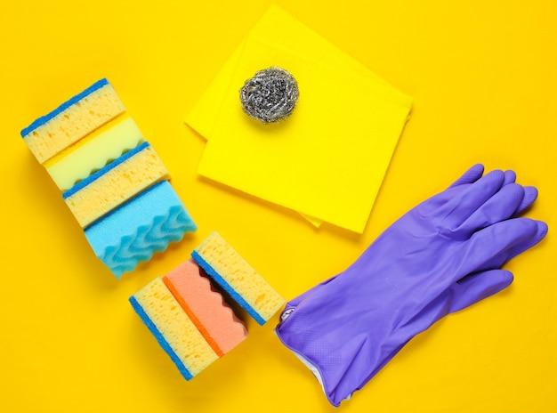 Kit per la pulizia della casa sulla superficie gialla