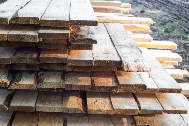 Costruzione casa. tavole sbattute insieme in partizioni per l'installazione della fondazione.