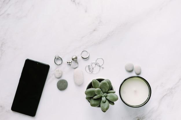 Arredamento per la casa e accessori donna piatto smartphone succulente e gioielli in argento su tavolo in pietra