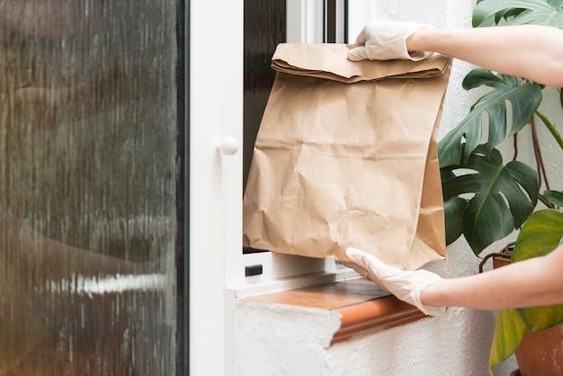 A casa consegna di generi alimentari al momento della quarantena a causa dell'infezione da coronavirus covid-19