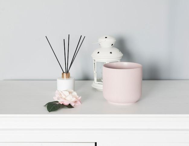 Set per la decorazione d'interni della casa con vasi di fiori e cornice per foto