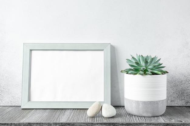 Interno di casa con mock up photo frame sul tavolo di legno con echeveria in vaso di ceramica. giardinaggio domestico