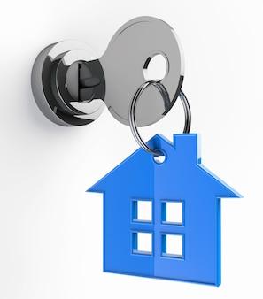 Chiave di casa con il simbolo del portachiavi della casa su sfondo bianco