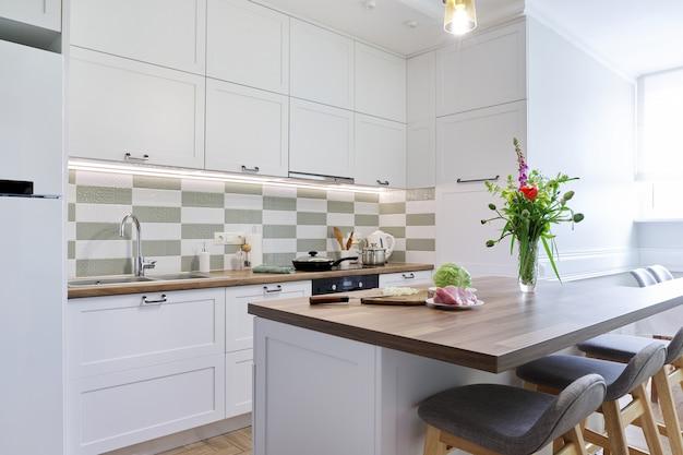 Interiore della cucina domestica, mobili da cucina, processo di cottura