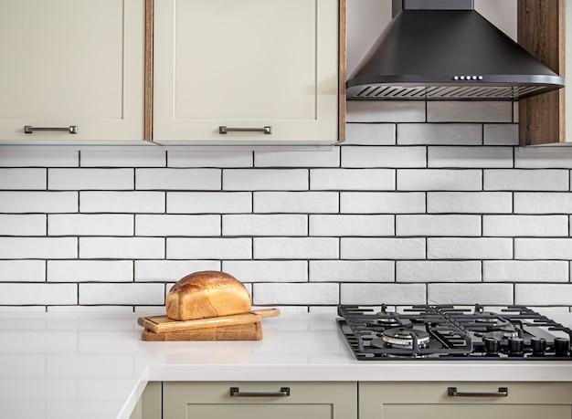 Interiore della cucina domestica con pasticcini freschi sul tavolo. il concetto di sana alimentazione e cucina casalinga. Foto Premium