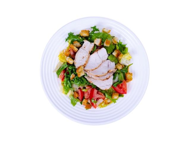 Cucina domestica. insalata di verdure con pollo e crostini di pane. cesare.