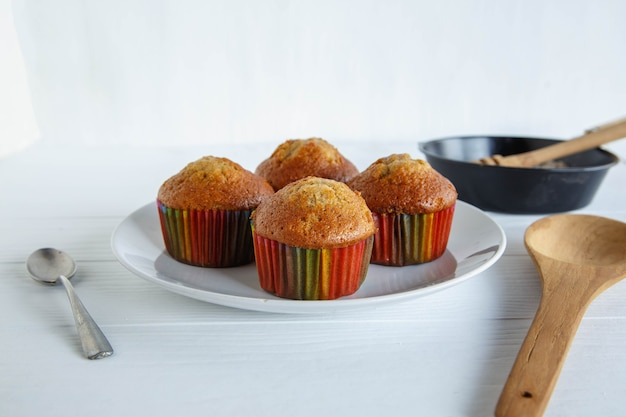 Menu di cupcakes fatti in casa sulla tavola di legno bianca