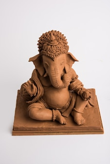 Idolo o murti ecologico di ganesh o ganpati fatto in casa, fatto in casa. messa a fuoco selettiva