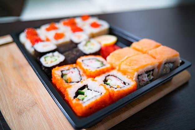 Consegna di cibo fatto in casa, sushi e panini