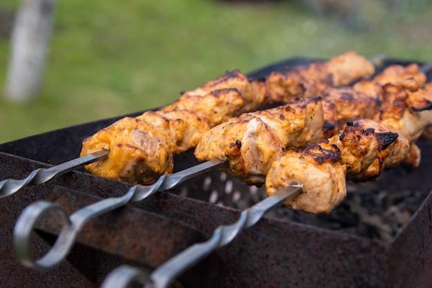 Lo shaslik fatto in casa sta friggendo sulla griglia del barbecue Foto Premium