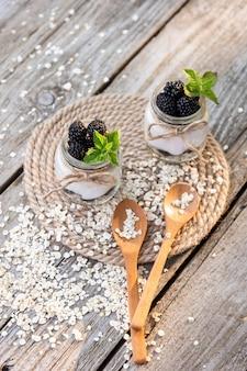 Yogurt fatto in casa. realizzato con prodotti naturali con l'aggiunta di more e menta.