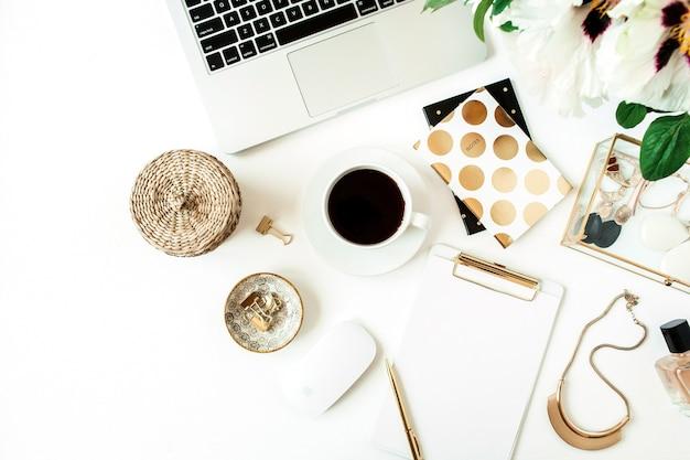 Area di lavoro del tavolo scrivania da casa con computer portatile e fiori su bianco