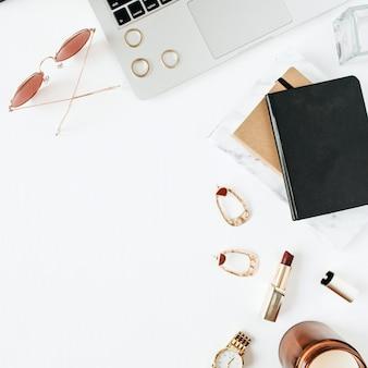 Area di lavoro scrivania home office con laptop, accessori su bianco