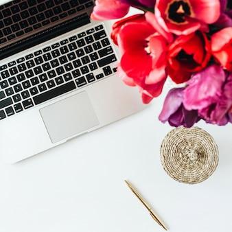 Area di lavoro del ministero degli interni con laptop, bouquet di fiori di tulipano
