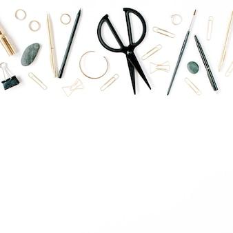 Area di lavoro dell'ufficio domestico con forbici, clip e accessori femminili. disposizione piatta, vista dall'alto