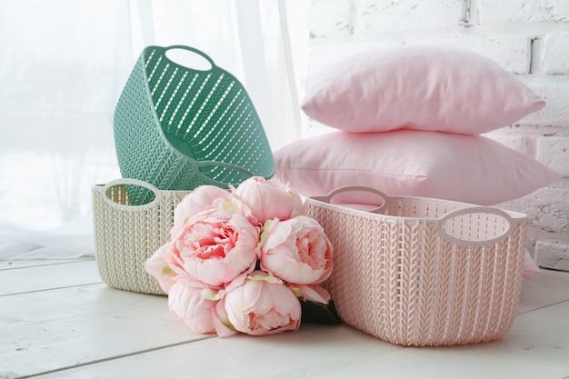 Organizzatori domestici cestini colorati con accessori fatti a mano sul tavolo bianco