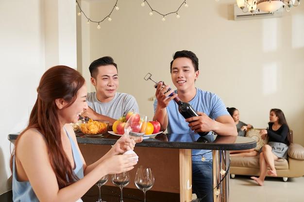 Festa a casa con gli amici