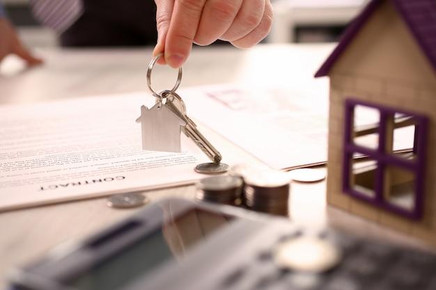Concetto domestico di vendita di consegna della proprietà del bene immobile