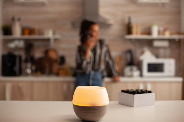 Rilassamento domestico con aromaterapia dal diffusore di olio