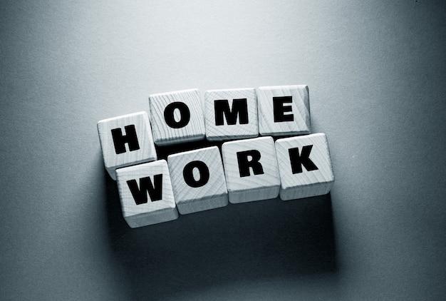 Parola di lavoro a casa scritta su cubi di legno