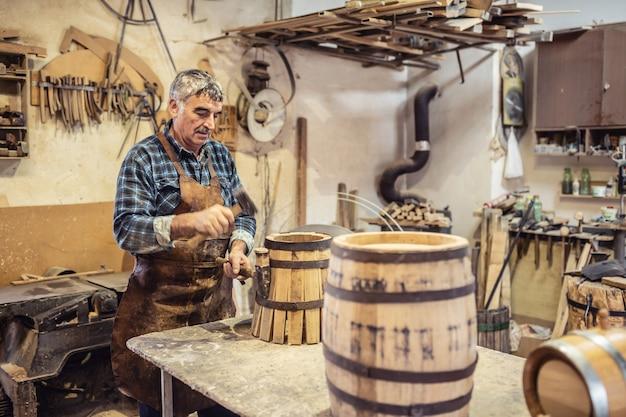 Laboratorio domestico di un artigiano che costruisce con le proprie mani botti di legno per whisky o vino.