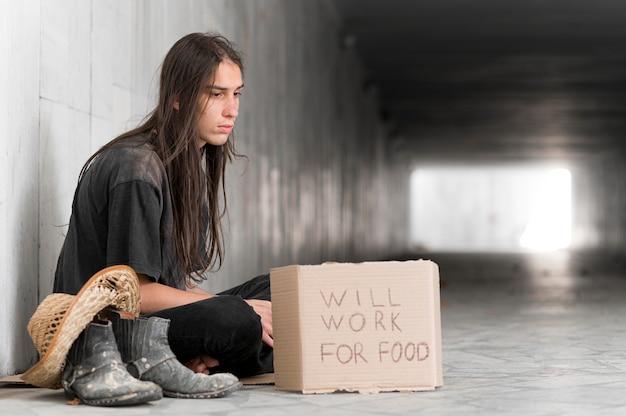 Uomo senza casa che implora aiuto