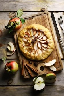 Galette di mele fatto in casa su una tavola di legno