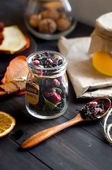 Cuoio assortito casalingo della frutta e patatine fritte secche nel piatto sulla tavola di legno