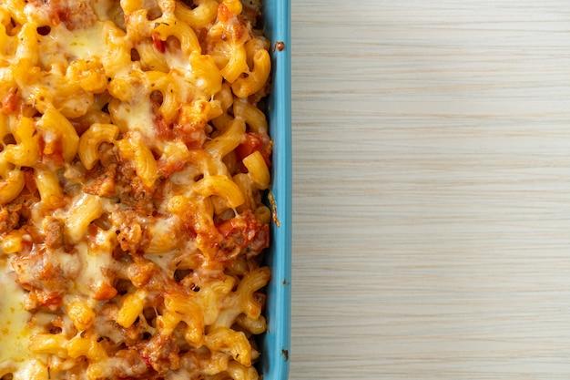 Maccheroni al forno fatti in casa alla bolognese con formaggio - stile alimentare italiano