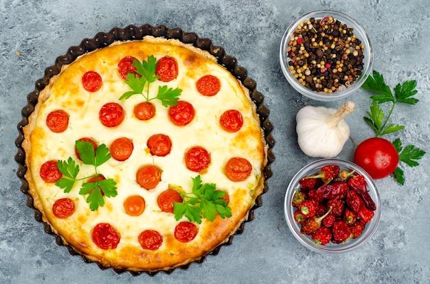 Cottura casalinga. torta salata ai pomodorini. foto dello studio.